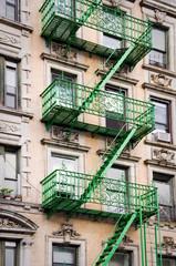 Wall Mural - Façade avec escalier de secours vert - New-York