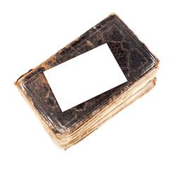 carte blanche déposée sur un vieux livre en cuir usé