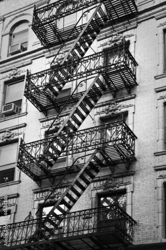 Fototapete Façade avec escalier de secours noir et blanc - New-York