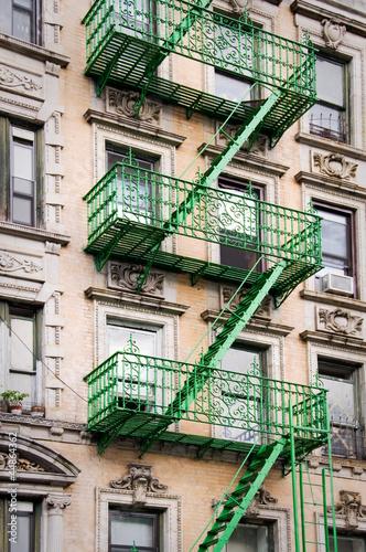 Wall mural Façade avec escalier de secours vert - New-York