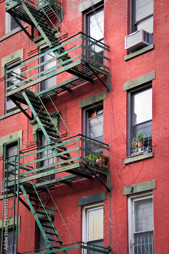 fa ade rouge avec escalier de secours new york photo libre de droits sur la banque d 39 images. Black Bedroom Furniture Sets. Home Design Ideas