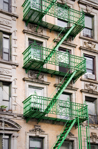 fa ade avec escalier de secours vert new york photo libre de droits sur la banque d 39 images. Black Bedroom Furniture Sets. Home Design Ideas