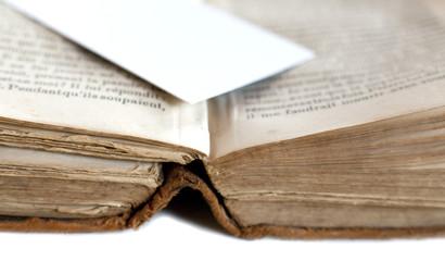 carton blanc sur livre ancien jauni