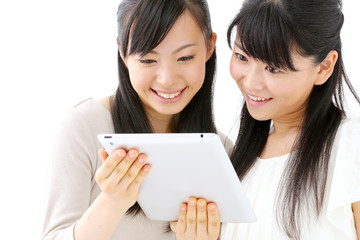 タブレットを見る女性二人