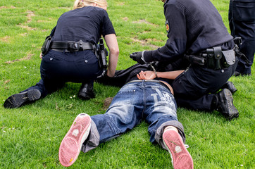 Polizisten verhaften Täter
