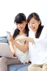 インターネットショッピングをする女の子二人