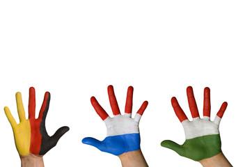 Flaggen auf winkenden Händen