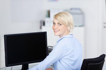 modernere frau arbeitet am computer
