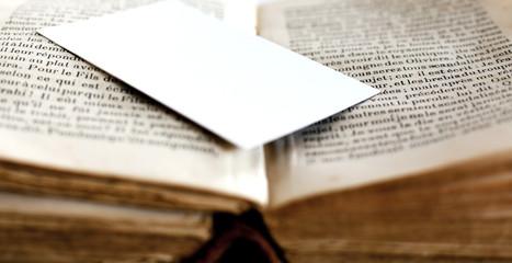 carte blanche déposée sur un vieux livre