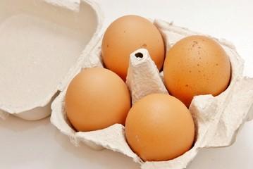 confezione di uova di gallina fresche