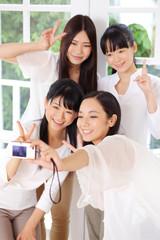 写真を撮る女の子四人