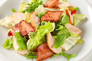 Green salad with chicken and bacon