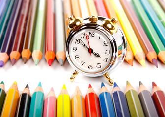 Sveglia con matite colorate