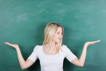 studentin hält etwas auf beiden händen