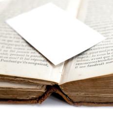 carte blanche sur un vieux livre de bibliothèque