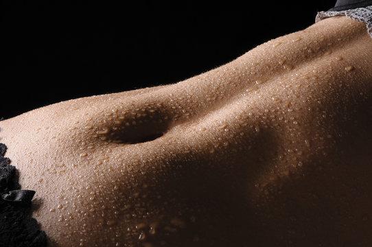 Bauch mit Wassertropfen