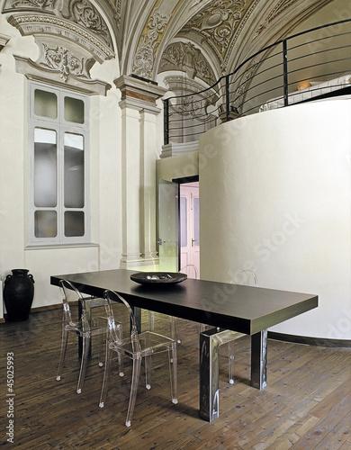 tavolo da pranzo moderno con sedie di plastica trasparente\