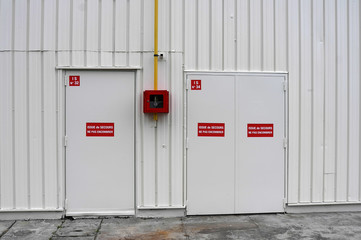 Photos Illustrations Et Vidéos De Issue De Secours - Porte de secours