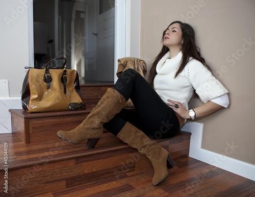 Modelo Posando En Escaleras Con Complementos Stock Photo And