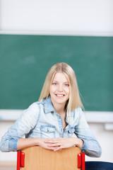 lächelnde studentin in der uni