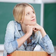 lächelnde studentin schaut nach oben