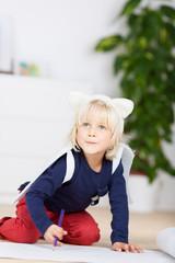 süßes kind mit verkleidung malt ein bild
