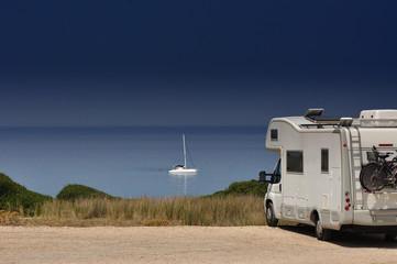 In de dag Kamperen Camper van on the beach