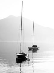 Jachty na alpejskim jeziorze w Austrii. - 45066997