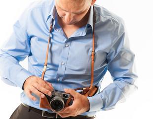 mann stellt kamera ein 2
