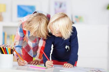 zwei schwestern malen zusammen