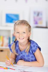 süßes mädchen malt ein bild im kinderzimmer