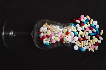 Verre renversé contenant des médicaments