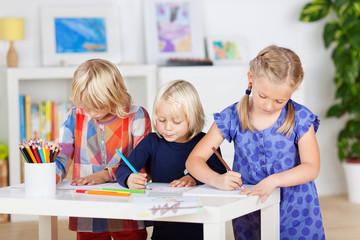 drei kinder malen im kinderzimmer