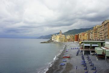 camogli ligurai spiaggia con ombrelloni