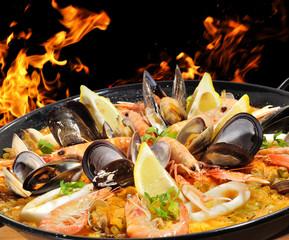 Fuego y paella de mariscos.
