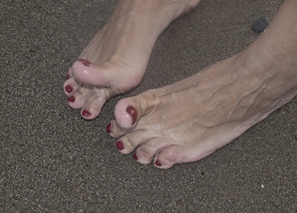 Pies desnudos con uñas rojas/Bare feet with red nails