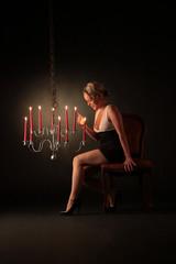 Frau freut sich über Kerzen