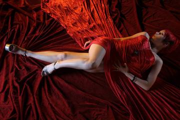 Frau in rotem Samt