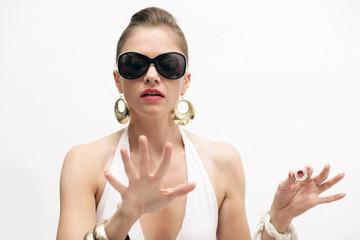 Frau im Bikini lackiert sich die Fingernägel