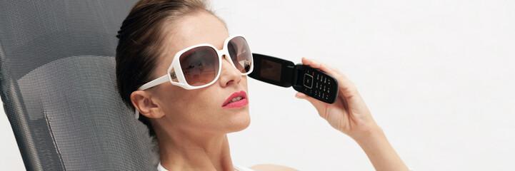 Frau im Bikini beim telefonieren