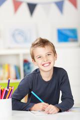 lachender  junge malt ein bild