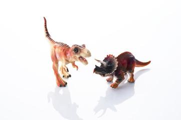 白背景に恐竜の玩具