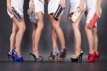 Frauen zeigen Bein mit tollen Schuhen, Mode in der City