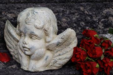 Engel mit roten Rosen