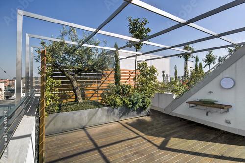 moderno terrazzo con lavello di vetro e parquet\