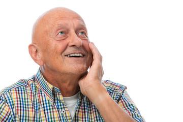 Glücklicher Senior schaut nach oben