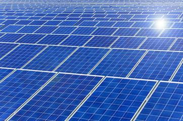 Solarpark und Sonne (formatfüllend)