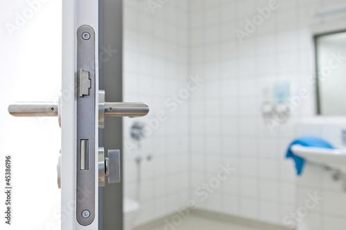 Offene Badtür Badezimmer