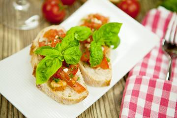 frische italienische Bruschetta mit Tomaten und Knoblauch auf ei