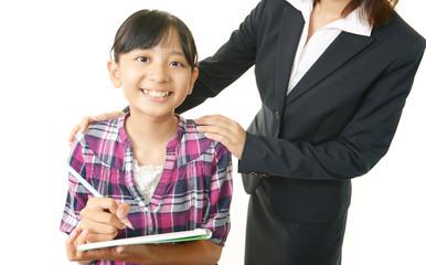 笑顔で勉強中の生徒と先生